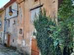 Village house to renovate with 160 m² of living space, cellars and non adjacent land of 817 m².