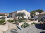 Single storey villa with 100 m² of living space on 612 m² of land with pool and garage.
