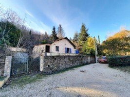 Country home to renovate with 75 m² of living space, plus garage on 6250 m² of land.
