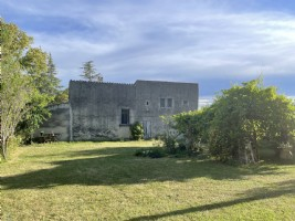 Old farm of 115m2 facing south, on a plot of 1100 m2 with a source with well and a shelter car + ad