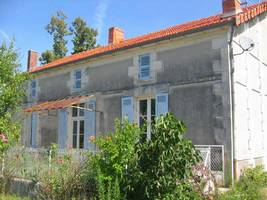 Hamlet for sale in SW France, this assortment of old buildings has 6 hectares of land and lake