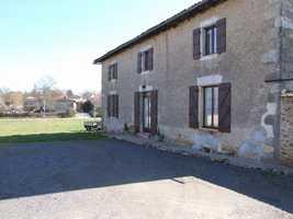 Detached charentais village house, renovated, spacious, 4 bed, 4 bath/shower rooms. Suit B&B