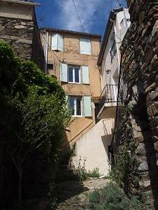 Small village house with 45 m² of living space to modernise with very nice views.